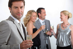 champagnekollegor som dricker fyra Royaltyfri Foto