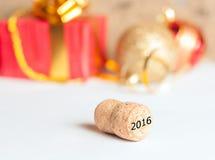Champagnekork och gåvor för nytt år royaltyfri fotografi
