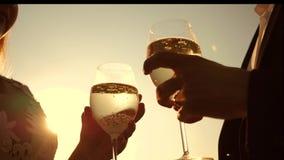 Champagner funkelt und schäumt in der Sonne Verbinden Sie in der Liebe, die Weingläser mit Sekt auf Hintergrund des Sonnenunterga stock footage