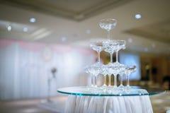 Champagnetorn i bröllopceremoni - Selektiv fokus royaltyfri fotografi
