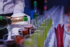 champaign zijnd pored in glazen De lijst van het banket royalty-vrije stock foto's