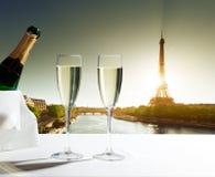 Champaignexponeringsglas och Eiffeltorn Arkivbild