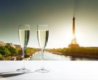 Champaignexponeringsglas och Eiffeltorn Royaltyfri Bild