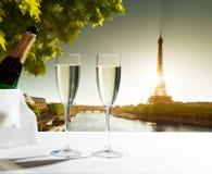 Champaignexponeringsglas och Eiffeltorn Royaltyfri Fotografi