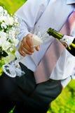 champange έκχυση ατόμων wineglass Στοκ εικόνες με δικαίωμα ελεύθερης χρήσης
