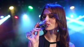 Champanhe bebendo da menina no partido Mo lento video estoque