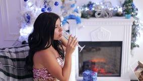 Champanhe bebendo da menina 'sexy' perto da árvore de Natal vídeos de arquivo