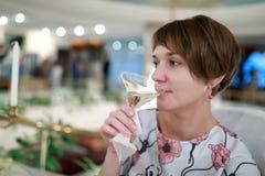 Champanhe bebendo da mulher fotografia de stock royalty free