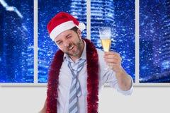 Champanhe bebendo do homem de negócios bêbado que veste um chapéu de Santa no escritório imagens de stock royalty free