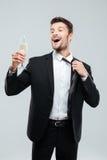 Champanhe bebendo do homem de negócios novo alegre e comemoração imagem de stock royalty free