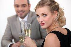 Champanhe bebendo dos pares. imagem de stock royalty free