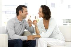 Champanhe bebendo dos pares Imagens de Stock