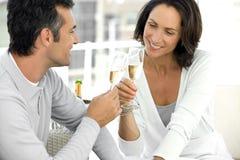 Champanhe bebendo dos pares Fotografia de Stock