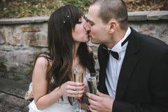 Champanhe bebendo dos pares bonitos do casamento fotografia de stock