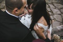 Champanhe bebendo dos pares bonitos do casamento foto de stock royalty free