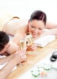 Champanhe bebendo dos pares encantadores Fotografia de Stock Royalty Free