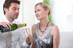 Champanhe bebendo dos pares espertos imagem de stock royalty free
