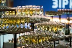 Champanhe da corrediça do casamento para noivos dentro foto de stock royalty free