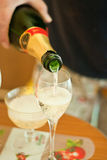 Champanhe de derramamento Foto de Stock