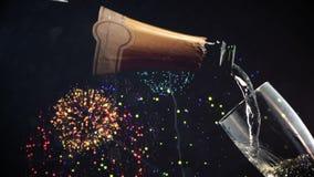 Champanhe de derramamento na flauta com os fogos-de-artifício no fundo ilustração stock