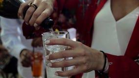 Champanhe de derramamento no vidro video estoque