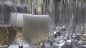 Champanhe de derramamento no vidro filme