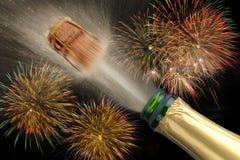 Champanhe de estalo no partido do silvester Fotografia de Stock