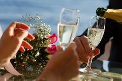Champanhe do casamento nos bocals fotografia de stock