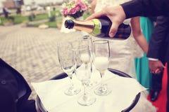 Champanhe do serviço do garçom Fotografia de Stock