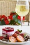 Champanhe frio e framboesas deliciosas Imagens de Stock Royalty Free