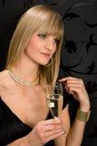 Champanhe louro glamoroso da bebida do vestido de partido da mulher Foto de Stock