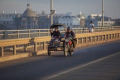 CHAMPASAK ΛΑΟΣ - 23 ΝΟΕΜΒΡΊΟΥ: άνθρωποι του Λάος που ταξιδεύουν από τα WI μοτοσικλετών Στοκ Εικόνες