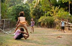 CHAMPASAK, ЛАОС - 26-ОЕ ФЕВРАЛЯ: Неопознанные дети Лаоса pl Стоковая Фотография