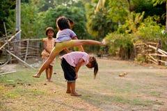 CHAMPASAK, ЛАОС - 26-ОЕ ФЕВРАЛЯ: Неопознанные дети Лаоса pl Стоковая Фотография RF