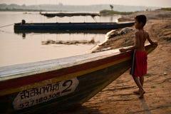 CHAMPASAK, LAOS - 26 DE FEVEREIRO: Criança não identificada do suporte de Laos mim Foto de Stock Royalty Free