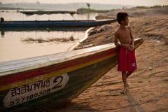 CHAMPASAK, LAOS - 26. FEBRUAR: Nicht identifiziertes Kind von Laos-Stand I Lizenzfreie Stockbilder