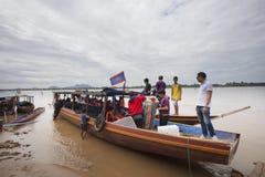 Champasak Laos - Nov22 - groep toerist op mekong de boot die van de rivierpassagier naar liphiwater voorbereidingen treffen te gaa Stock Afbeelding