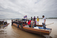 Champasak Laos - Nov22 - gruppen av turisten på det Mekong River passagerarefartyget som förbereder sig att gå till liphivatten, f Fotografering för Bildbyråer