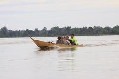 Champasak Loas- 22. November: Besucher auf lokalem Boot des langen Schwanzes in M Stockbild
