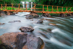 Champeecave-Wasserfall im tropischen Land lizenzfreies stockbild