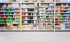 Champúes y productos del cuidado personal en almacén Imagen de archivo libre de regalías