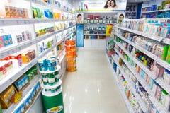 Champúes y productos del cuidado personal en tienda Imagen de archivo