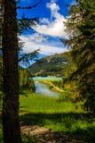 Champfèrersee och gästgivargårdflod nära St Moritz, Schweiz Royaltyfria Bilder