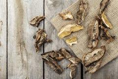 Champiñones secados en una tabla de madera Fotografía de archivo