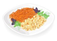 Champignon μανιτάρια σε ένα πιάτο Διακοσμήστε το κορεατικό καρότο Φύλλα άνηθου, βασιλικού και μαϊντανού Εύγευστα, θρεπτικά και φρ ελεύθερη απεικόνιση δικαιώματος