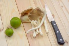 Champignon d'huître du Thibet sur la table en bois avec le couteau et les citrons, rea Images stock