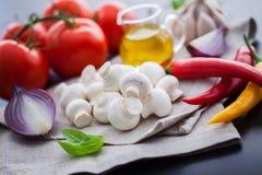 Champignon de paris de champignon avec les ingrédients italiens Photos stock