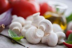 Champignon de paris de champignon avec les ingrédients italiens Photographie stock libre de droits