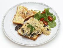Champignon et saladier d'oeufs brouillés images stock