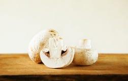 3 Champignon-Pilz auf hölzernem Hintergrund Lizenzfreie Stockfotografie